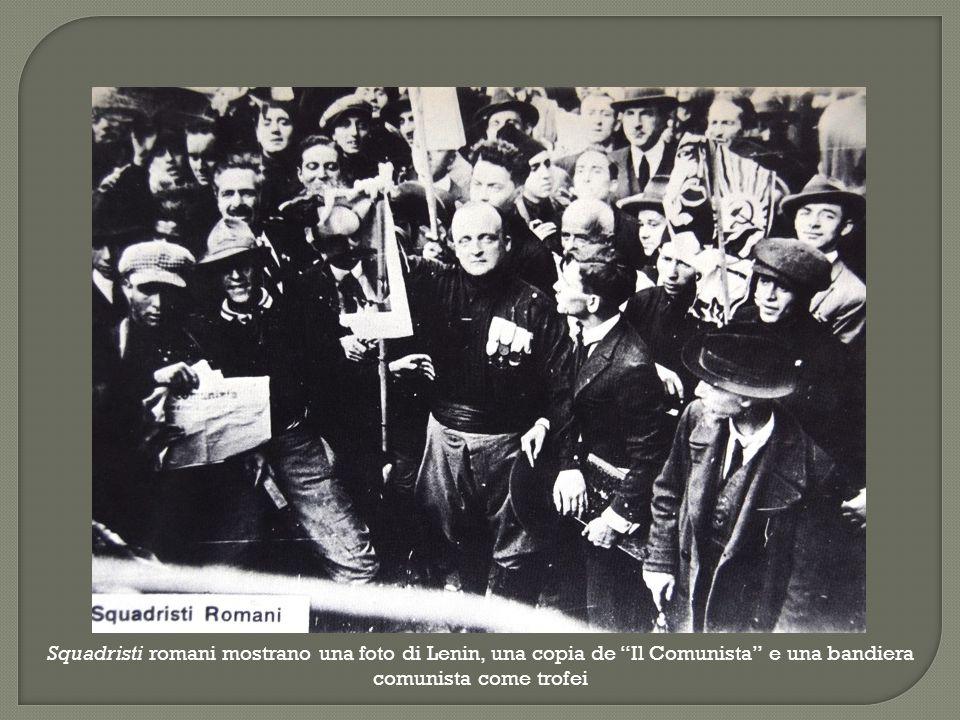 Squadristi romani mostrano una foto di Lenin, una copia de Il Comunista e una bandiera comunista come trofei