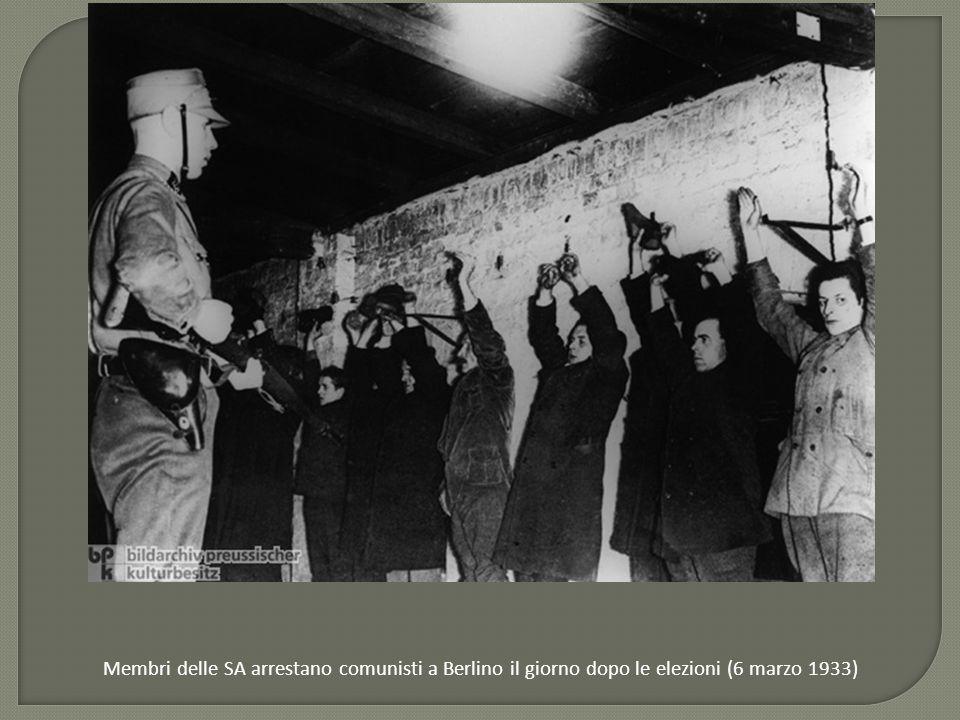 Membri delle SA arrestano comunisti a Berlino il giorno dopo le elezioni (6 marzo 1933)