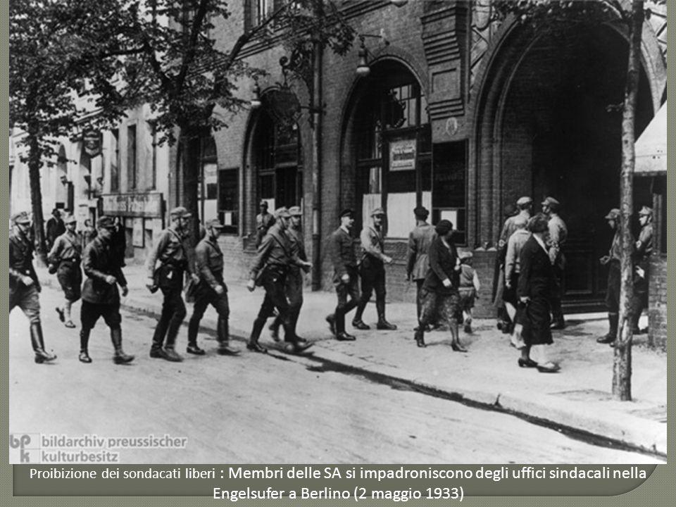 Proibizione dei sondacati liberi : Membri delle SA si impadroniscono degli uffici sindacali nella Engelsufer a Berlino (2 maggio 1933)