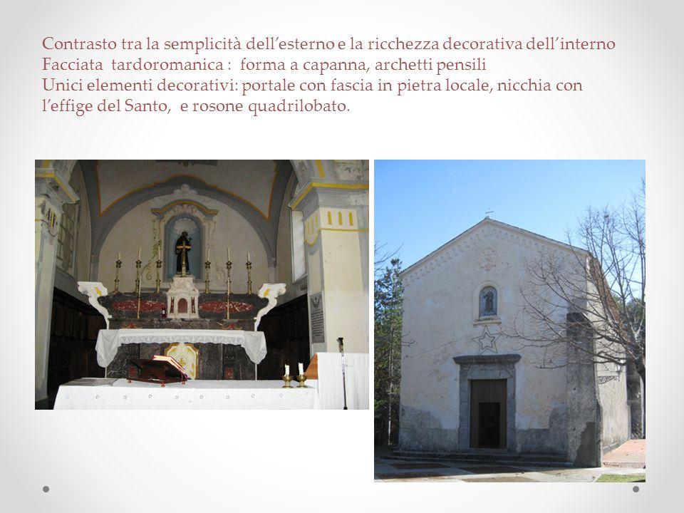 Contrasto tra la semplicità dell'esterno e la ricchezza decorativa dell'interno Facciata tardoromanica : forma a capanna, archetti pensili