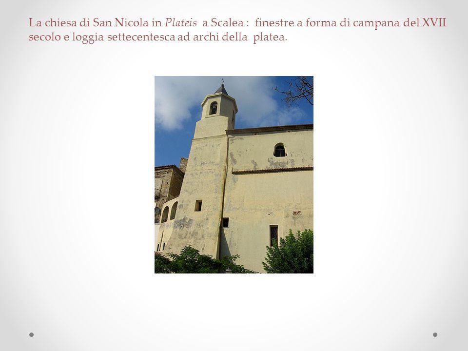 La chiesa di San Nicola in Plateis a Scalea : finestre a forma di campana del XVII secolo e loggia settecentesca ad archi della platea.