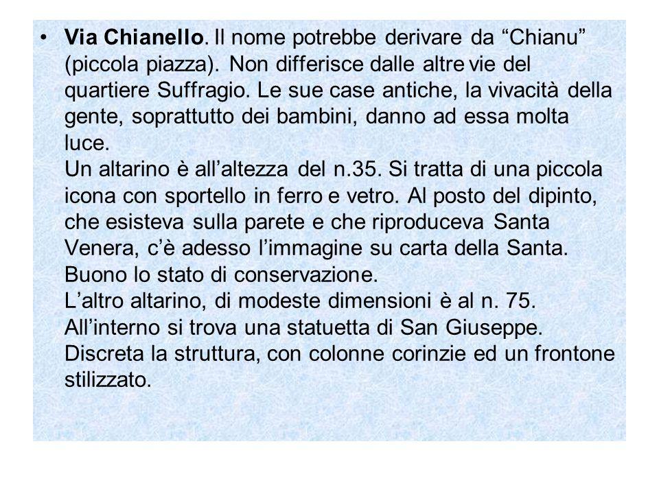 Via Chianello. Il nome potrebbe derivare da Chianu (piccola piazza)