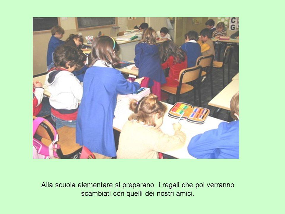 Alla scuola elementare si preparano i regali che poi verranno scambiati con quelli dei nostri amici.