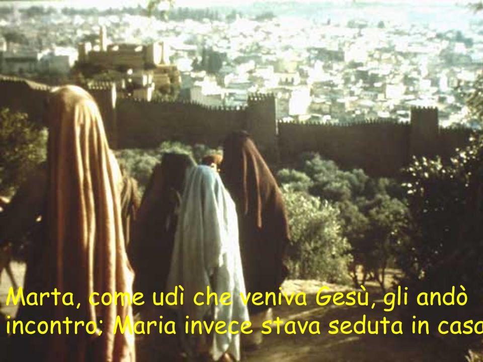 Marta, come udì che veniva Gesù, gli andò incontro; Maria invece stava seduta in casa.