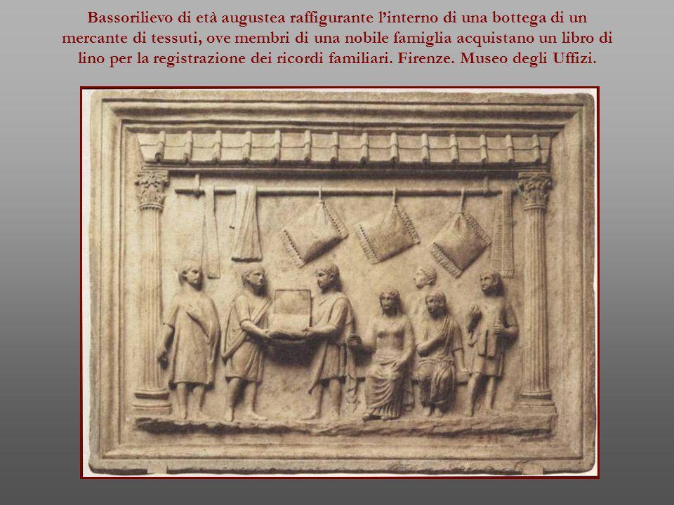 Bassorilievo di età augustea raffigurante l'interno di una bottega di un mercante di tessuti, ove membri di una nobile famiglia acquistano un libro di lino per la registrazione dei ricordi familiari.