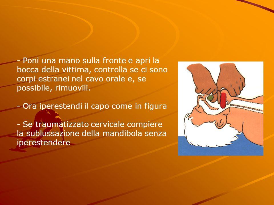 - Poni una mano sulla fronte e apri la bocca della vittima, controlla se ci sono corpi estranei nel cavo orale e, se possibile, rimuovili.