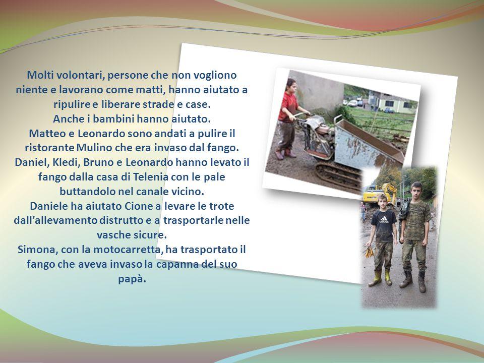 Molti volontari, persone che non vogliono niente e lavorano come matti, hanno aiutato a ripulire e liberare strade e case.