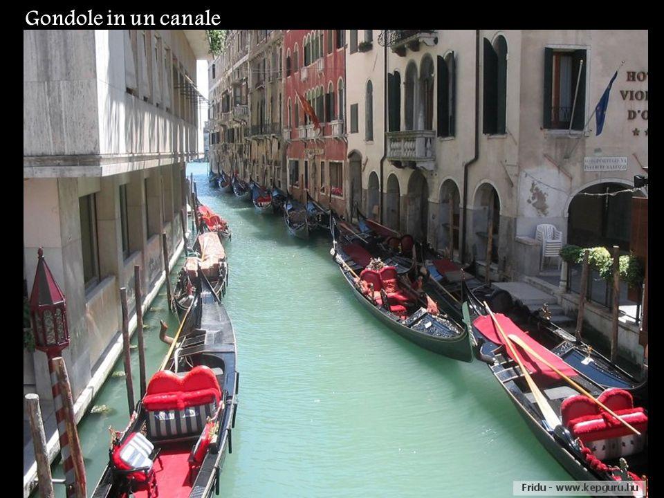 Gondole in un canale