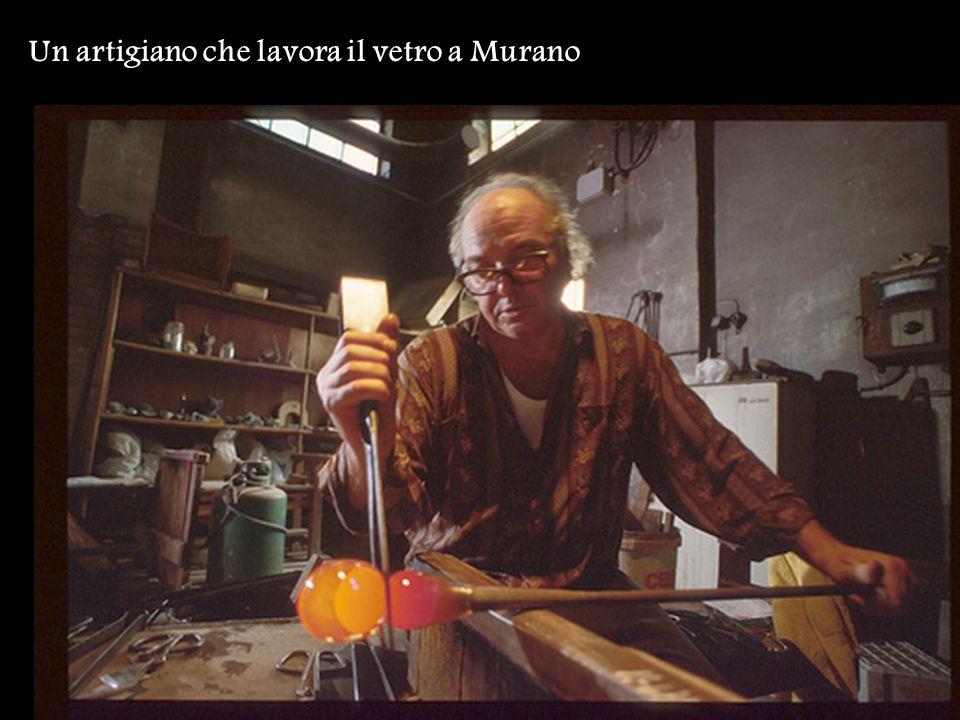 Un artigiano che lavora il vetro a Murano
