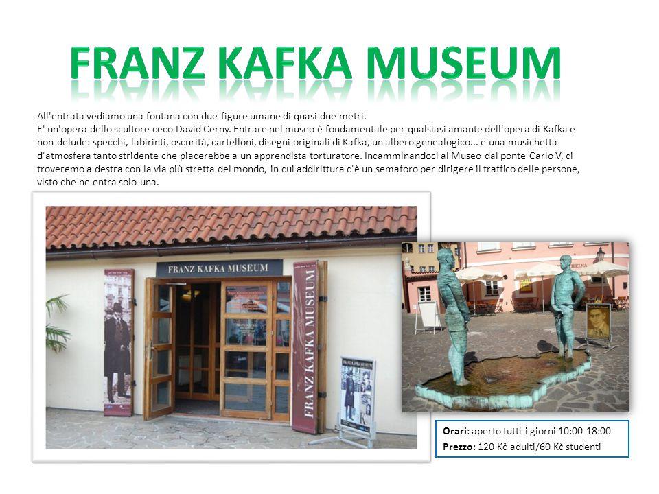 Franz Kafka Museum All entrata vediamo una fontana con due figure umane di quasi due metri.