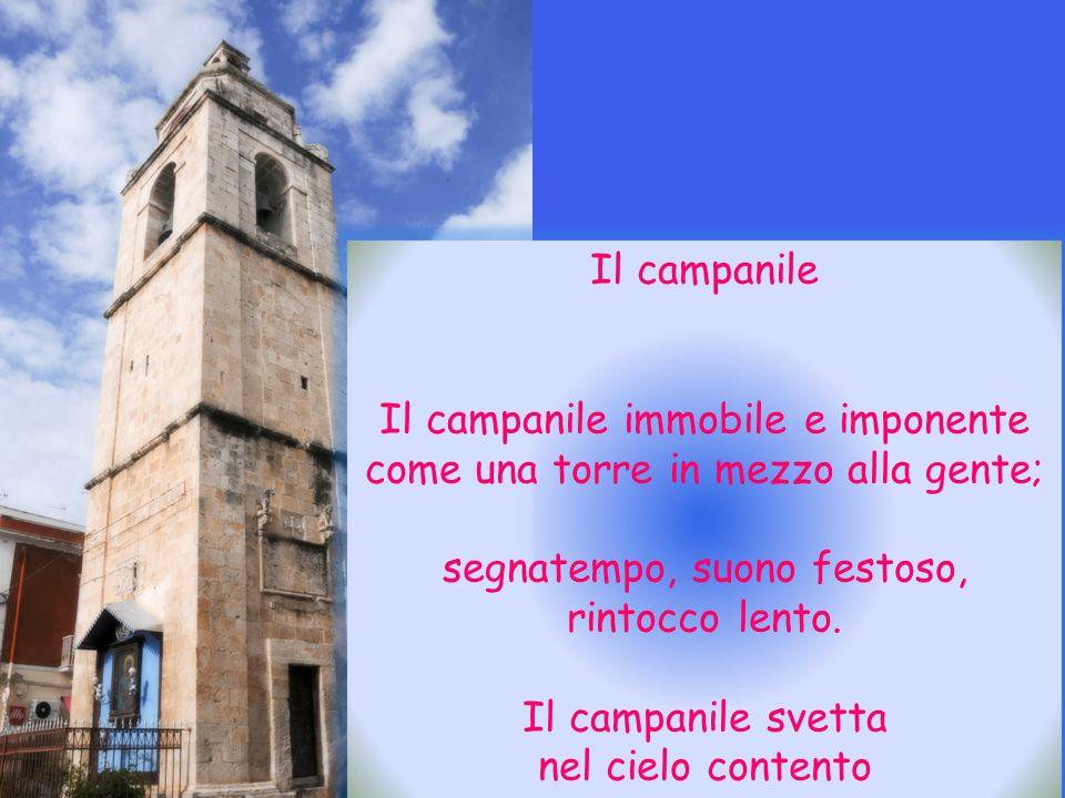 Il campanile immobile e imponente come una torre in mezzo alla gente;