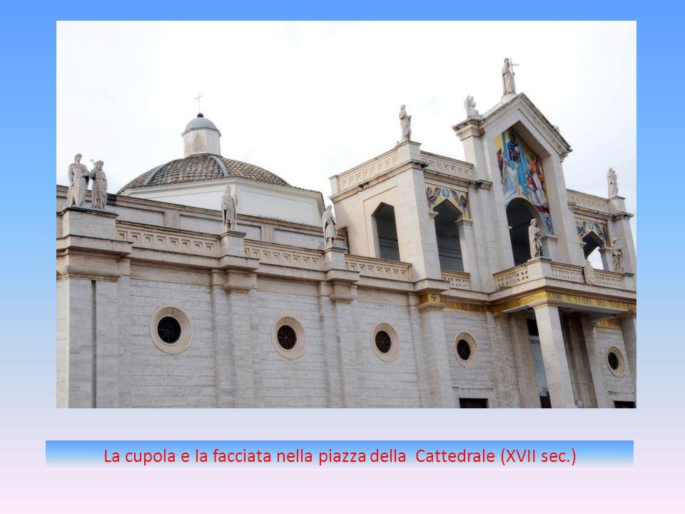 La cupola e la facciata nella piazza della Cattedrale (XVII sec.)