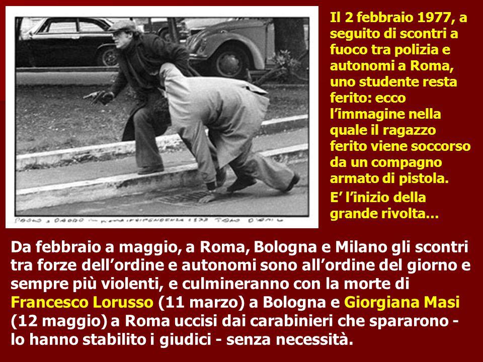 Il 2 febbraio 1977, a seguito di scontri a fuoco tra polizia e autonomi a Roma, uno studente resta ferito: ecco l'immagine nella quale il ragazzo ferito viene soccorso da un compagno armato di pistola. E' l'inizio della grande rivolta…