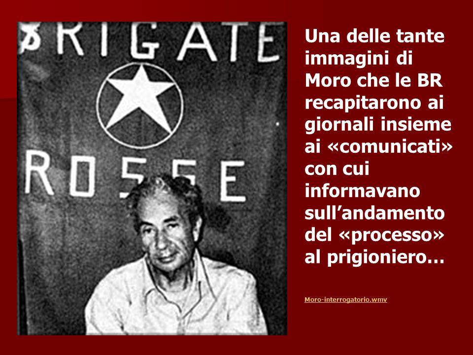 Una delle tante immagini di Moro che le BR recapitarono ai giornali insieme ai «comunicati» con cui informavano sull'andamento del «processo» al prigioniero…