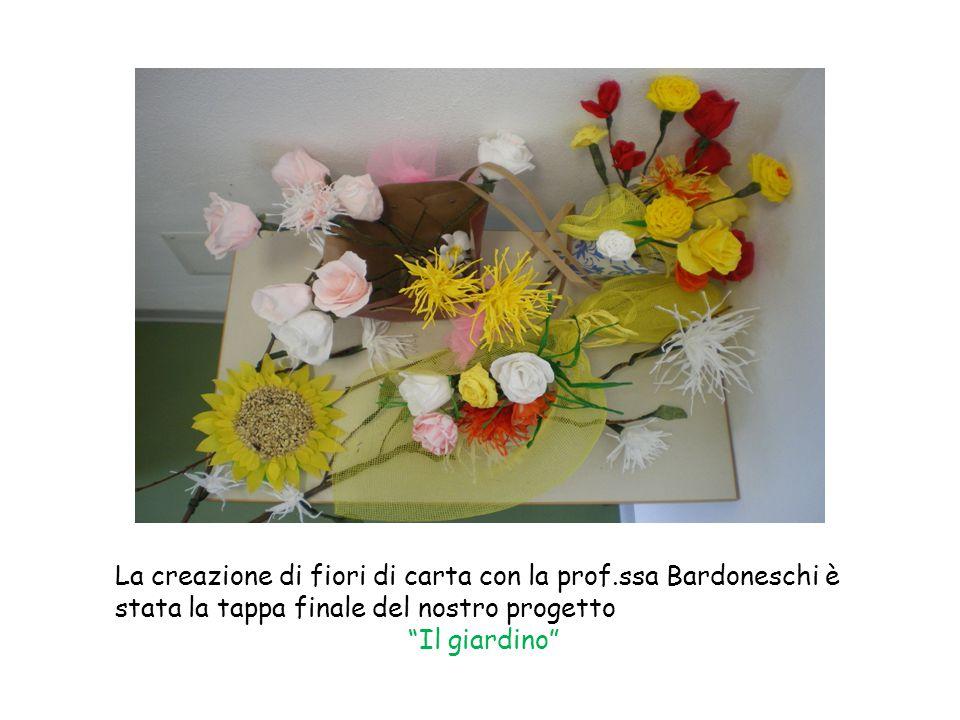 La creazione di fiori di carta con la prof