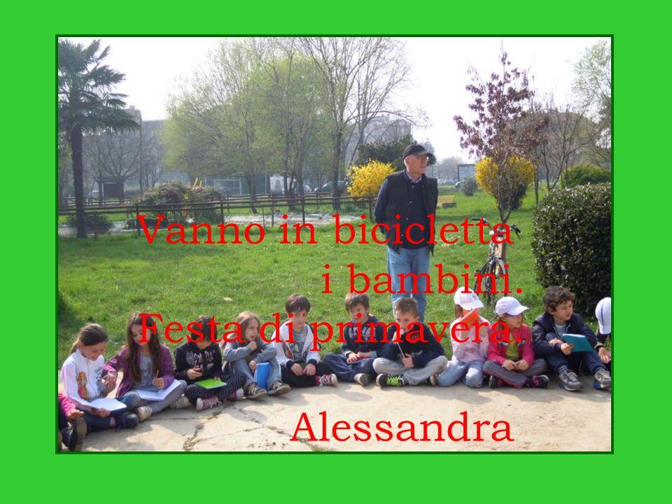 Vanno in bicicletta i bambini. Festa di primavera. Alessandra