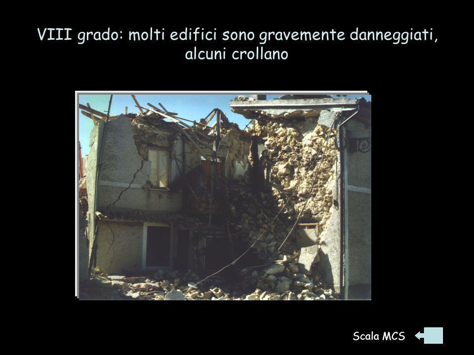 VIII grado: molti edifici sono gravemente danneggiati, alcuni crollano