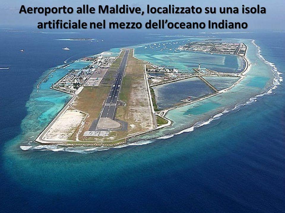 Aeroporto alle Maldive, localizzato su una isola artificiale nel mezzo dell'oceano Indiano