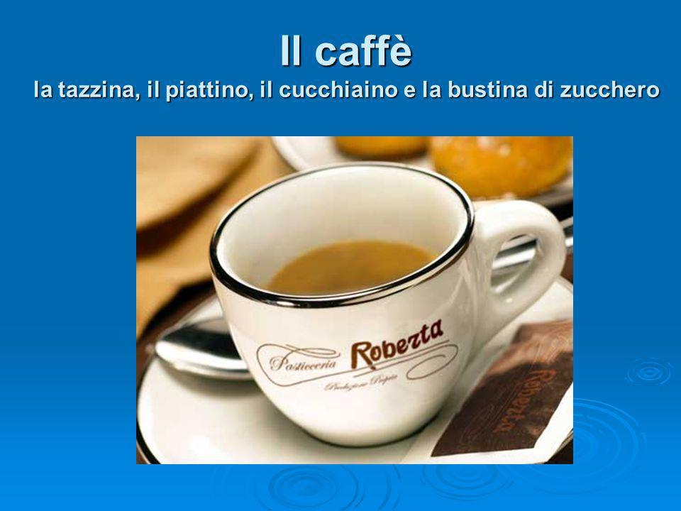 Il caffè la tazzina, il piattino, il cucchiaino e la bustina di zucchero