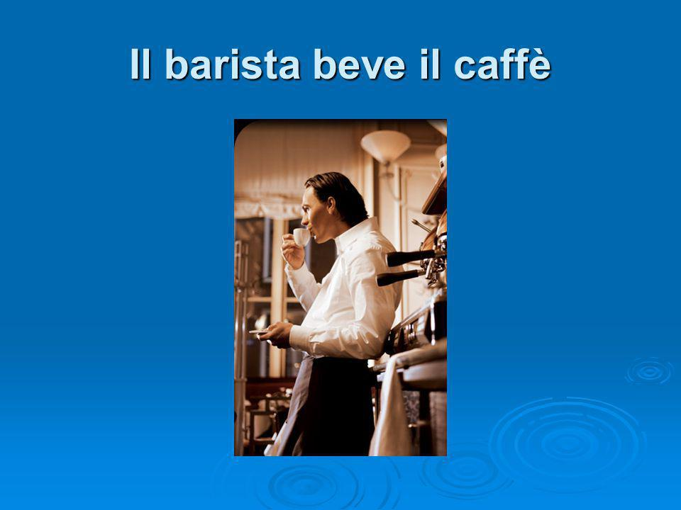 Il barista beve il caffè