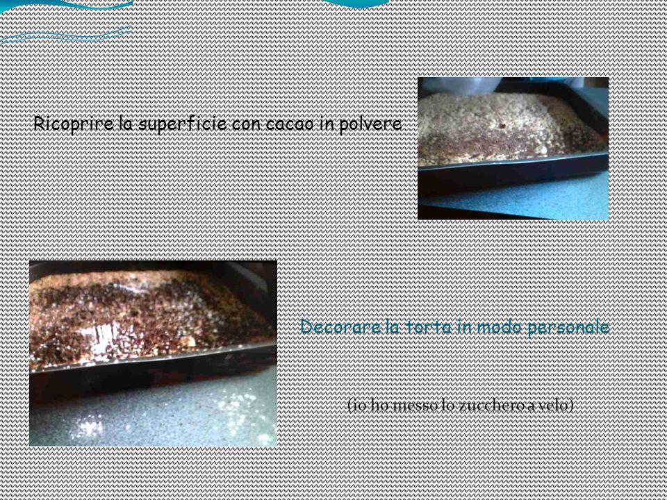 Ricoprire la superficie con cacao in polvere