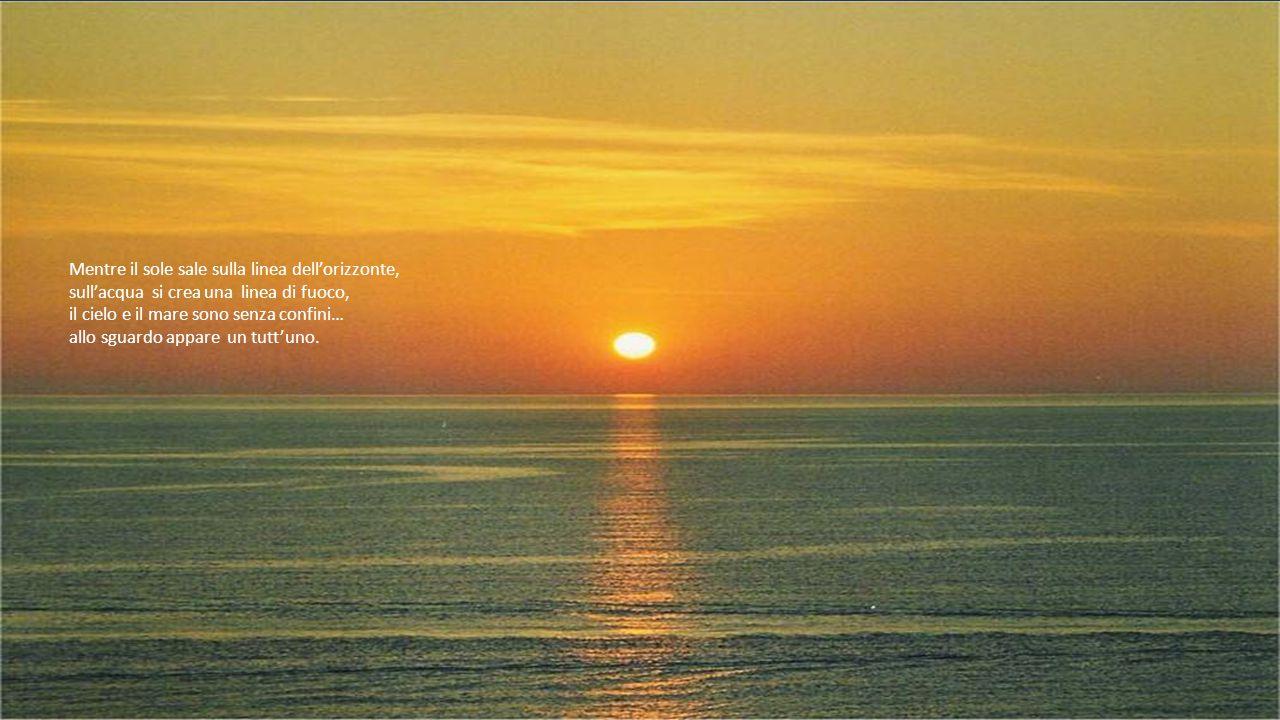 Mentre il sole sale sulla linea dell'orizzonte,