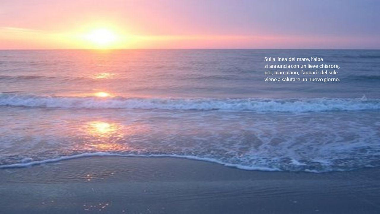 Sulla linea del mare, l'alba si annuncia con un lieve chiarore,
