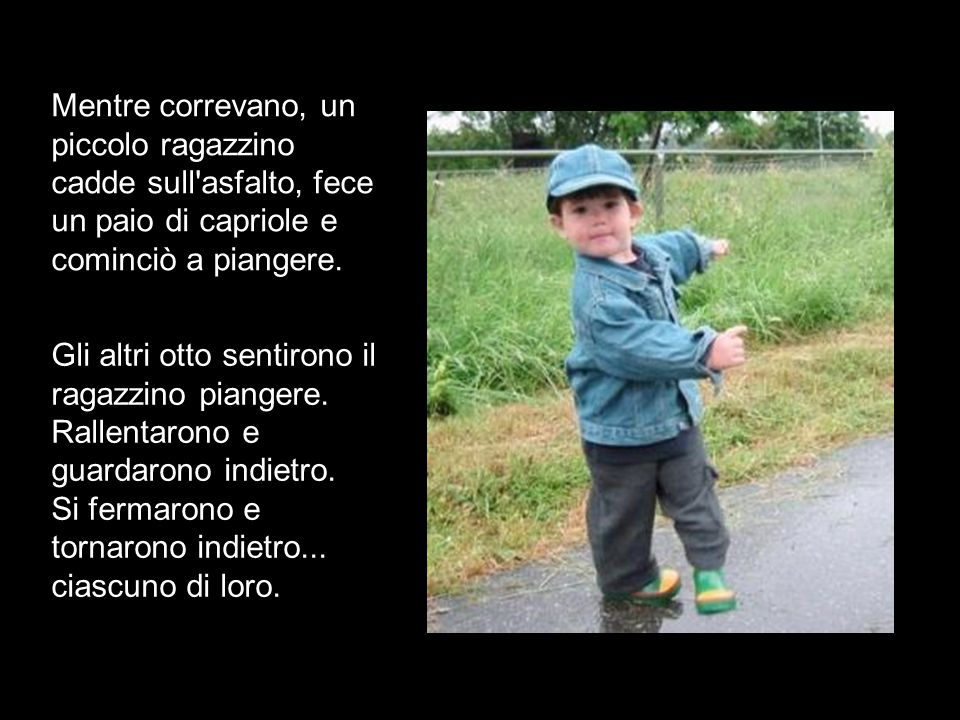 Mentre correvano, un piccolo ragazzino cadde sull asfalto, fece un paio di capriole e cominciò a piangere.