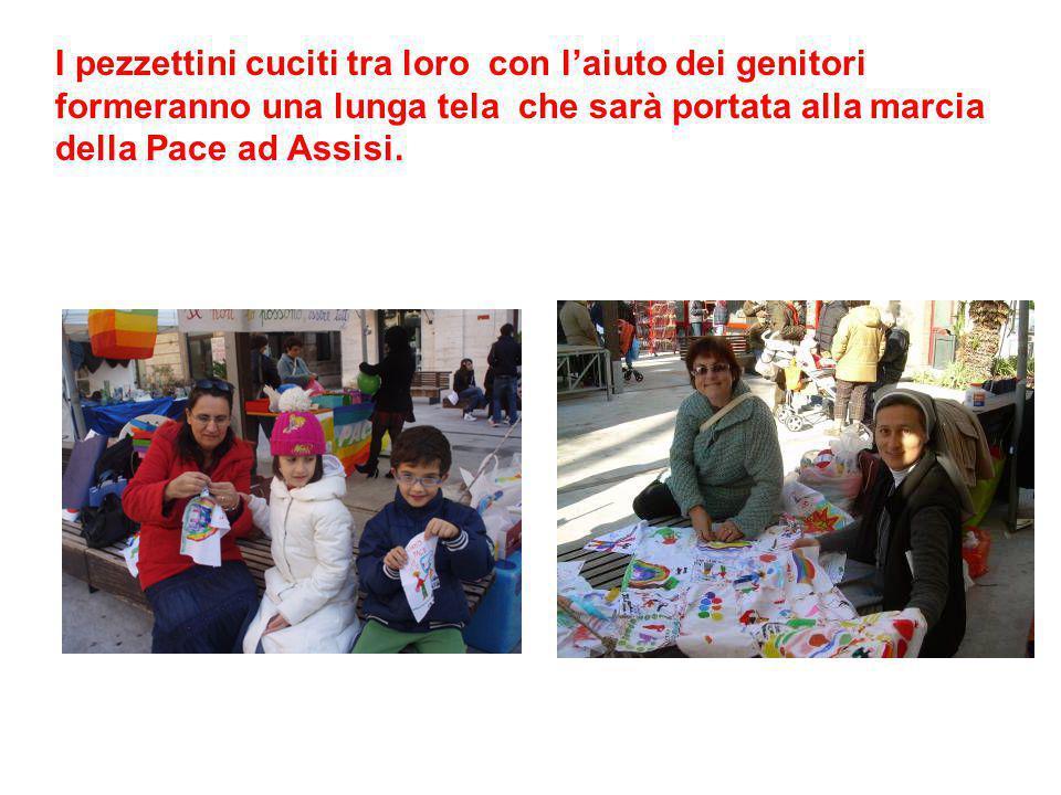 I pezzettini cuciti tra loro con l'aiuto dei genitori formeranno una lunga tela che sarà portata alla marcia della Pace ad Assisi.