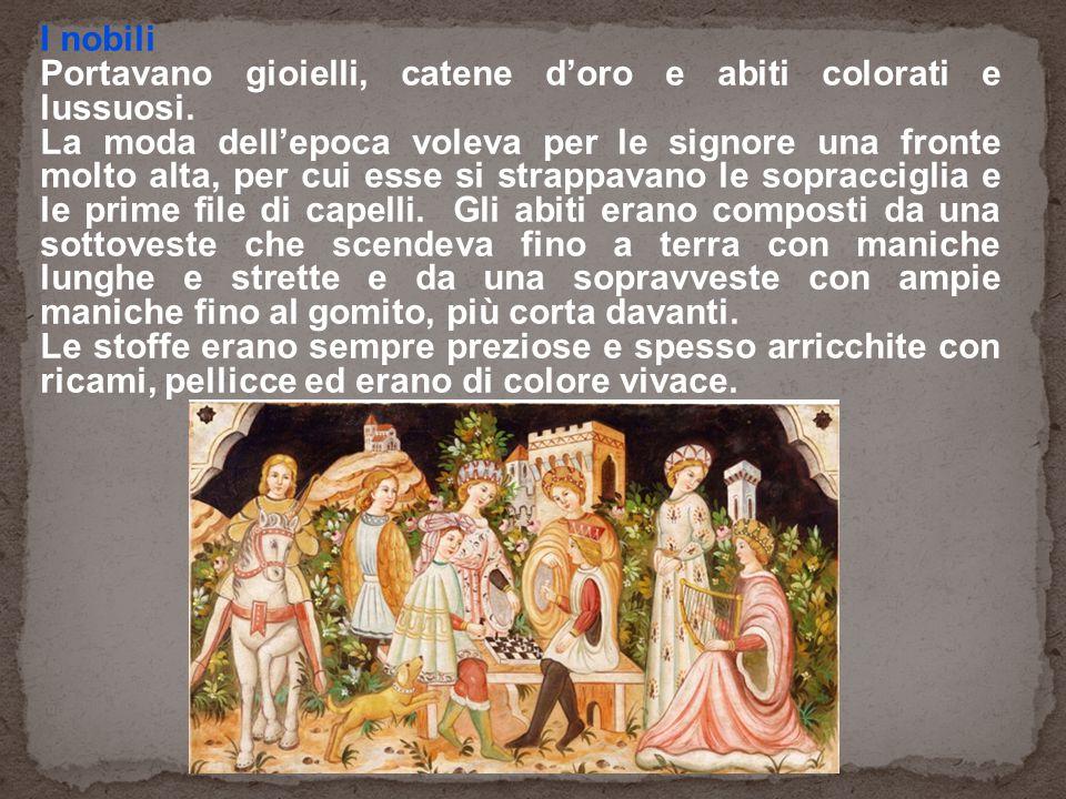 I nobili Portavano gioielli, catene d'oro e abiti colorati e lussuosi.