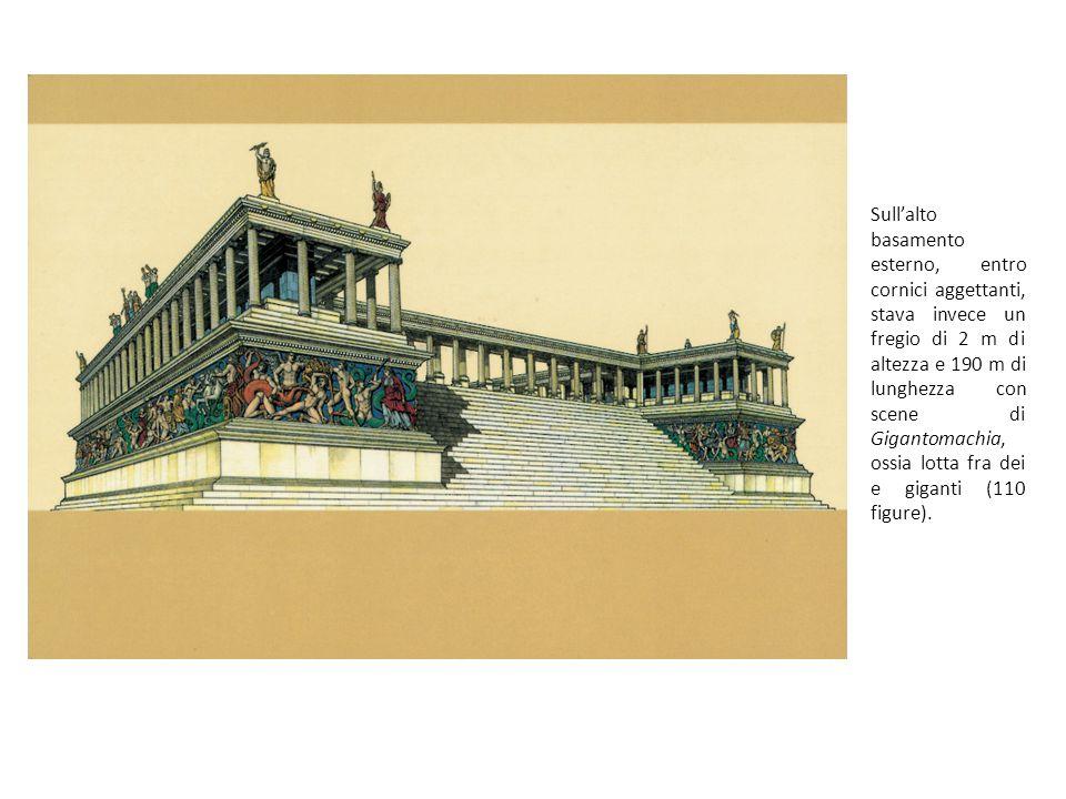Sull'alto basamento esterno, entro cornici aggettanti, stava invece un fregio di 2 m di altezza e 190 m di lunghezza con scene di Gigantomachia, ossia lotta fra dei e giganti (110 figure).