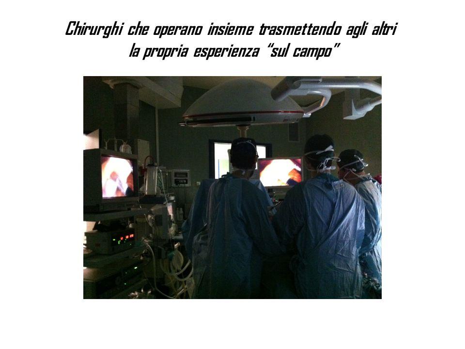 Chirurghi che operano insieme trasmettendo agli altri