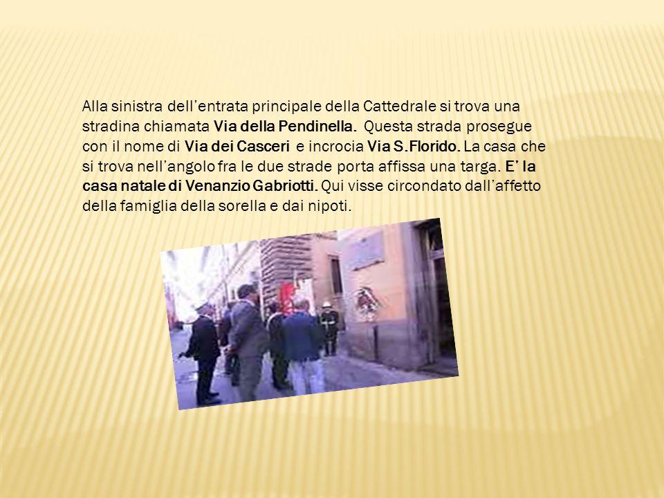 Alla sinistra dell'entrata principale della Cattedrale si trova una stradina chiamata Via della Pendinella.