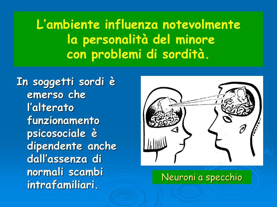 L'ambiente influenza notevolmente la personalità del minore con problemi di sordità.