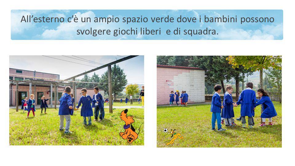All'esterno c'è un ampio spazio verde dove i bambini possono svolgere giochi liberi e di squadra.