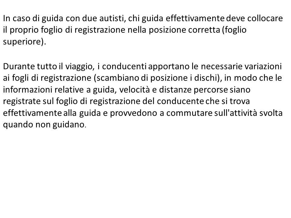 In caso di guida con due autisti, chi guida effettivamente deve collocare il proprio foglio di registrazione nella posizione corretta (foglio superiore).