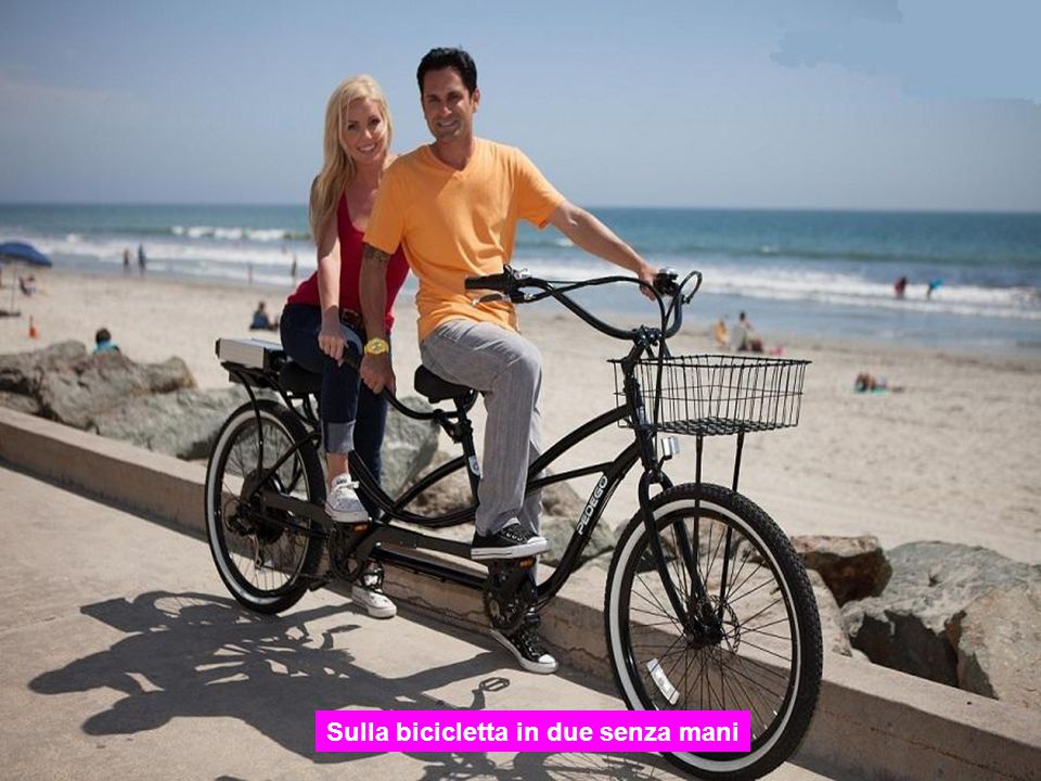 Sulla bicicletta in due senza mani