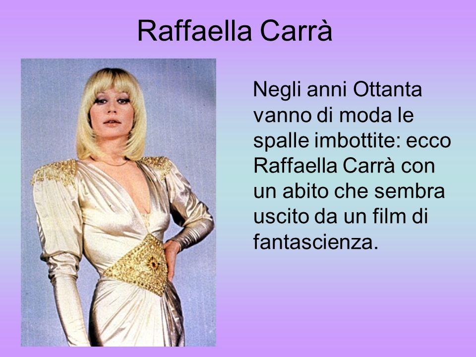 Raffaella CarràNegli anni Ottanta vanno di moda le spalle imbottite: ecco Raffaella Carrà con un abito che sembra uscito da un film di fantascienza.