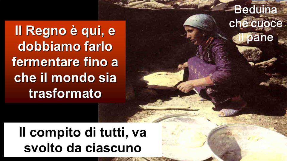 Beduina che cuoce il pane Il compito di tutti, va svolto da ciascuno