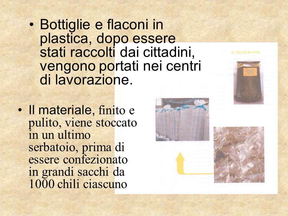Bottiglie e flaconi in plastica, dopo essere stati raccolti dai cittadini, vengono portati nei centri di lavorazione.