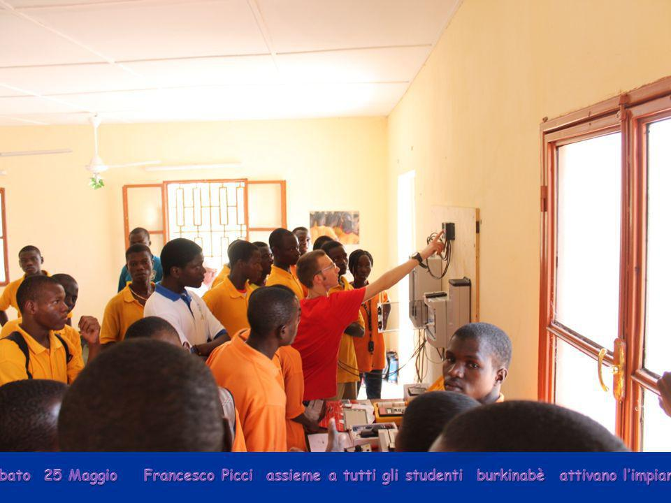 Sabato 25 Maggio Francesco Picci assieme a tutti gli studenti burkinabè attivano l'impianto