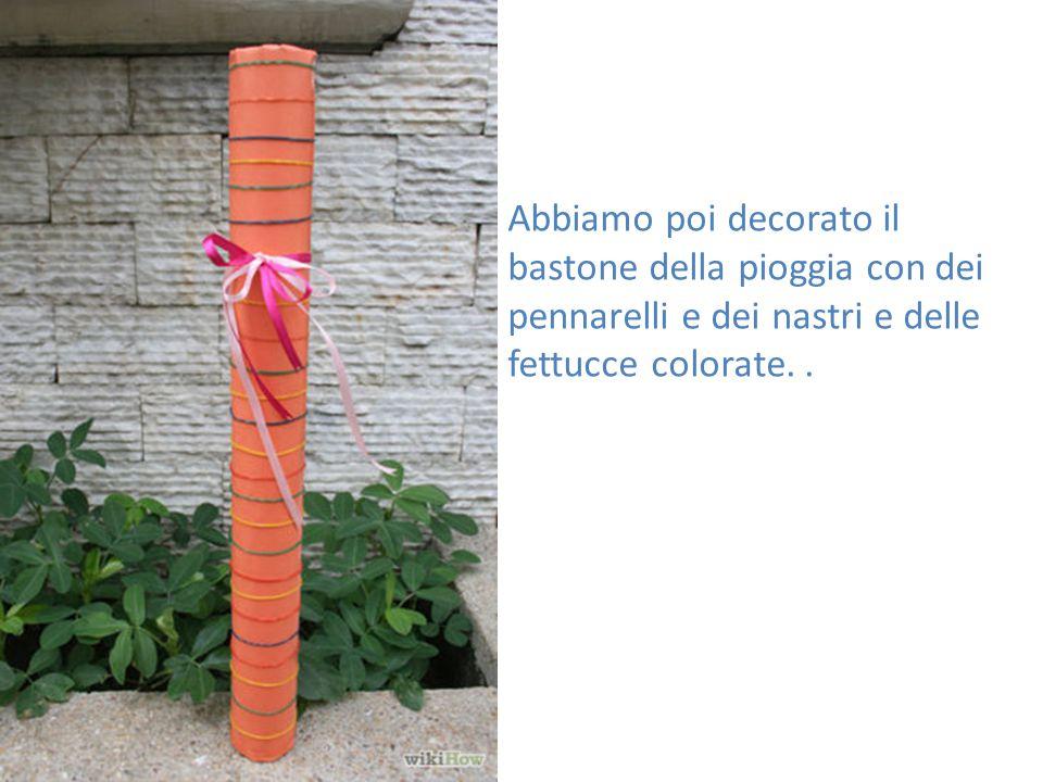 Abbiamo poi decorato il bastone della pioggia con dei pennarelli e dei nastri e delle fettucce colorate. .