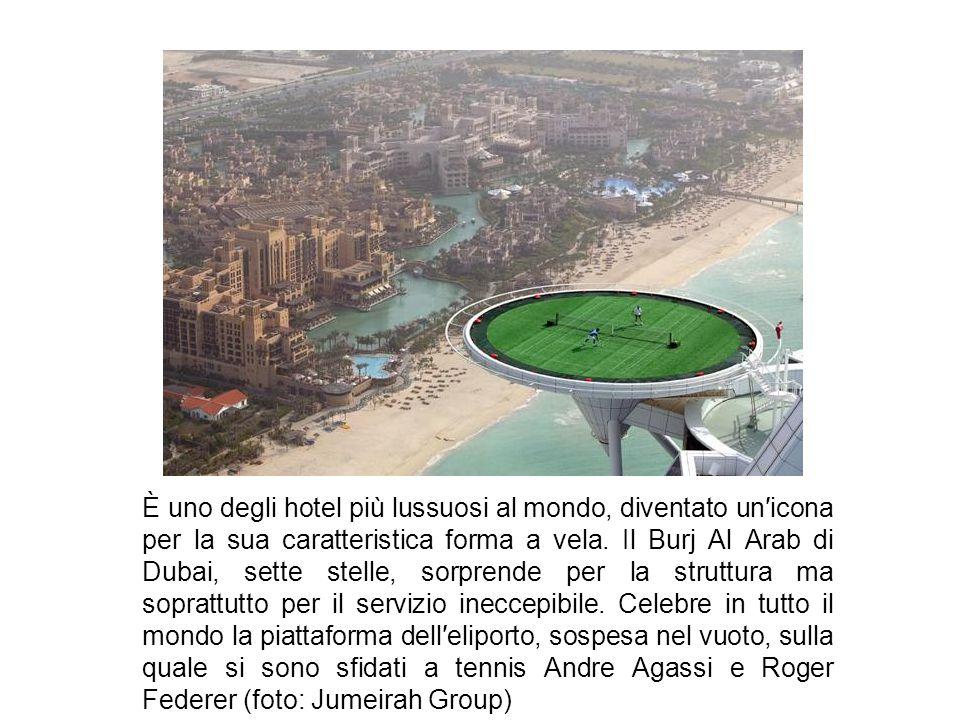 È uno degli hotel più lussuosi al mondo, diventato un′icona per la sua caratteristica forma a vela.