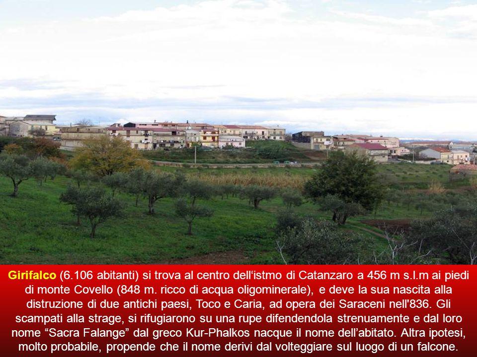 Girifalco (6.106 abitanti) si trova al centro dell'istmo di Catanzaro a 456 m s.l.m ai piedi di monte Covello (848 m.