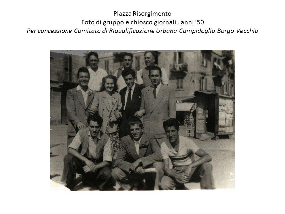 Piazza Risorgimento Foto di gruppo e chiosco giornali , anni '50 Per concessione Comitato di Riqualificazione Urbana Campidoglio Borgo Vecchio