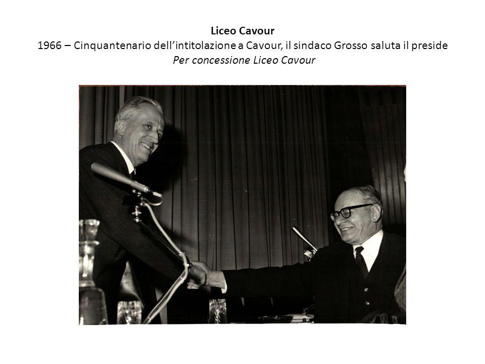 Liceo Cavour 1966 – Cinquantenario dell'intitolazione a Cavour, il sindaco Grosso saluta il preside Per concessione Liceo Cavour