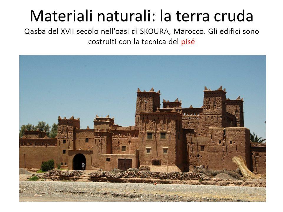 Materiali naturali: la terra cruda Qasba del XVII secolo nell oasi di SKOURA, Marocco.