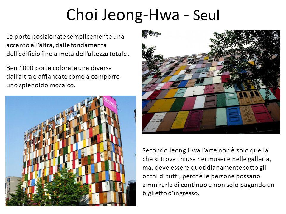 Choi Jeong-Hwa - Seul Le porte posizionate semplicemente una accanto all'altra, dalle fondamenta dell'edificio fino a metà dell'altezza totale .