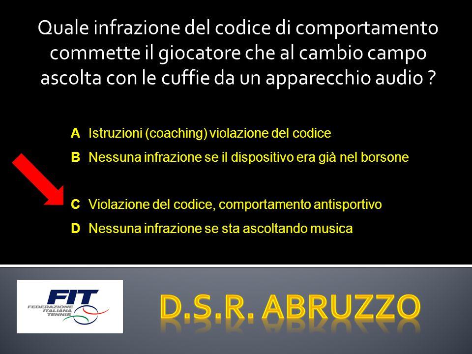 Quale infrazione del codice di comportamento commette il giocatore che al cambio campo ascolta con le cuffie da un apparecchio audio