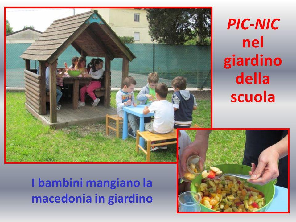 I bambini mangiano la macedonia in giardino
